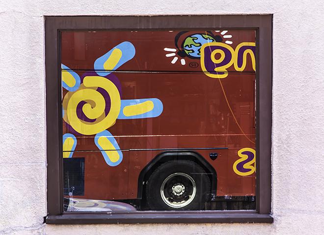 Spiegelbild des Hop-on Hop-off Bus im Fenster, New Orleans Louisiana Foto: Christine Lisse