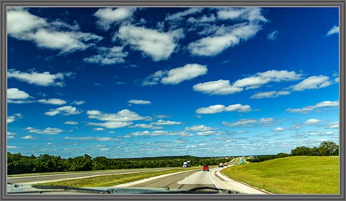 Schäfchenwolken über der Interstate 20