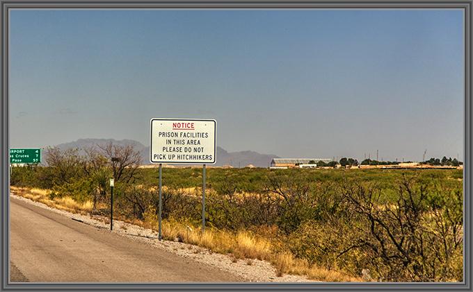 Verkehrsschild mit Hinweis auf ein nahes Gefängnis