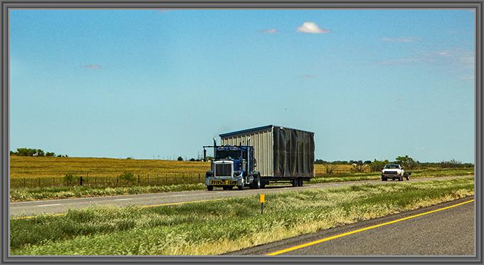 linke Seite eines Mobilheimes auf dem Lastwagen
